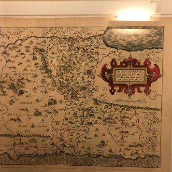 מפה עתיקה באחד מחדרי המלון