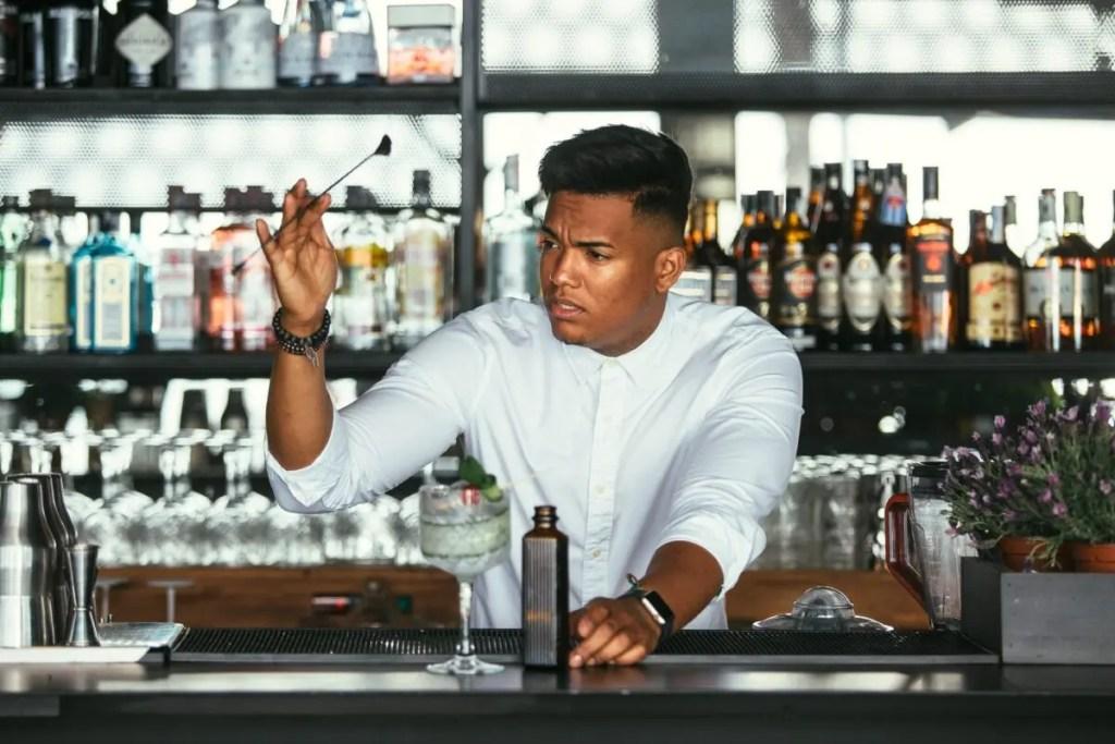 Bartender der blander gin og tonic