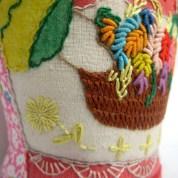 Canasta con flores y bordado de delantal