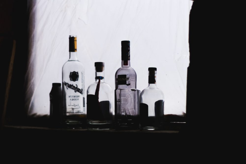 Gins und Tonics auf Bar