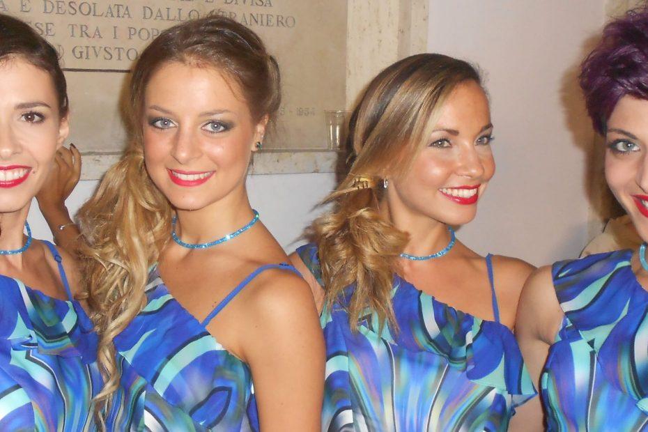 ragazze che indossano gioielli azzurri