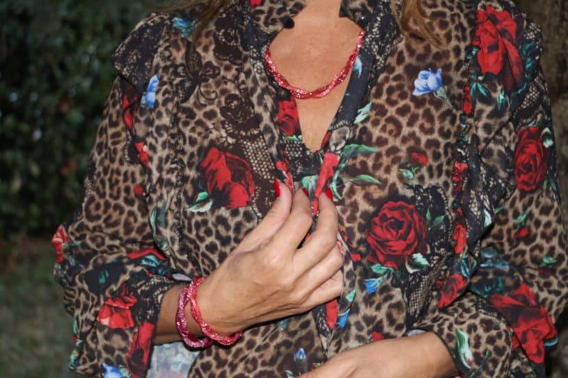 bracciali rossi e collane argento indossati
