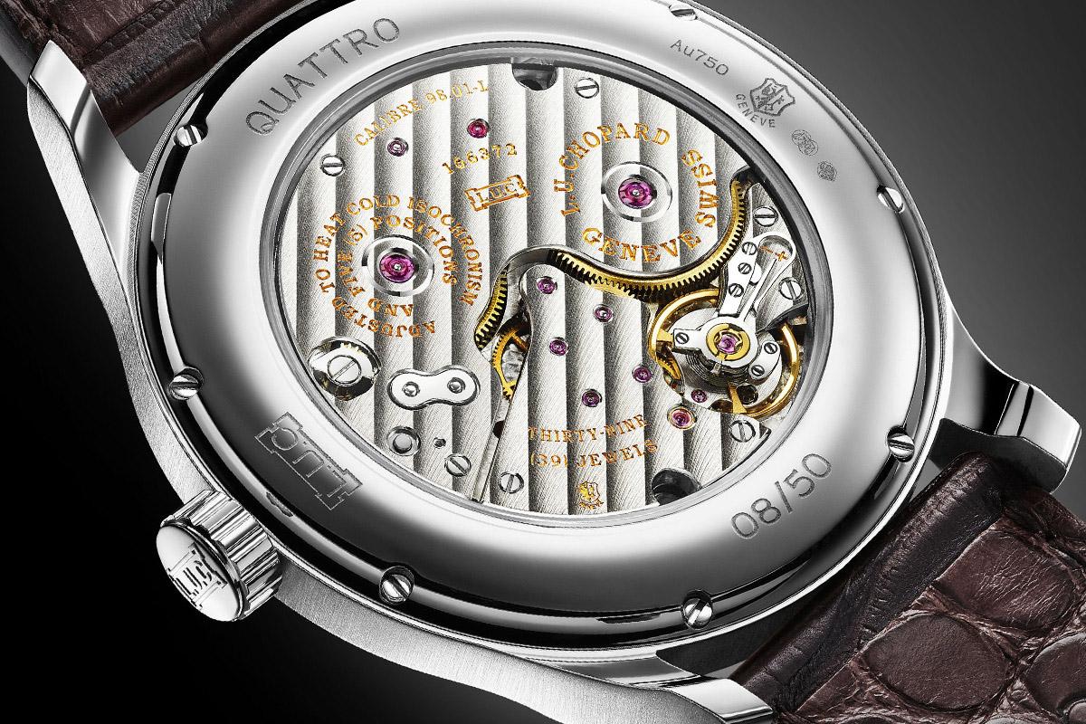 Il calibro L.U.C 98.01-L visibile attraverso il fondello in vetro zaffiro dell'orologio
