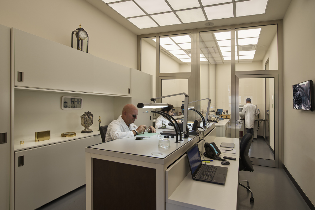 I tecnici del laboratorio di Pisa Orologeria si occupano della precisione