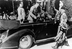 9 maggio 1938: il Maestro di Campo messer Perlini saluta Hitler e Mussolini dopo la consegna di un riconoscimento. L'automobile d'ordinanza è una Lancia Strura fuori serie, carrozzata Pininfarina (Archivio Fotoclub La Chimera)