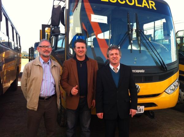 Giovani Cherini participa da entrega oficial do ônibus escolar ao município de Dois Lajeados