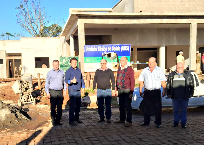 Deputado Giovani Cherini visita obras em Ernestina