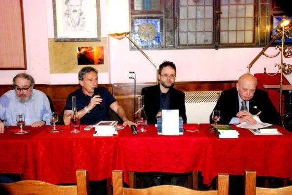 """""""Sentieri di notte"""" alle Giubbe Rosse (Firenze), con (da sin.) il Prof. Giuseppe Panella, Jacopo Chiostri e il Prof. Corrado Marsan"""