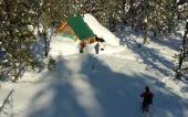 Tief verschneite Hütte ©Bergwasser