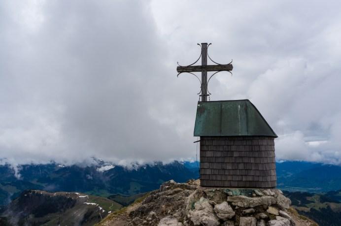 Kapelle und Kreuz am Geigelstein-Gipfel ©Gipfelfieber