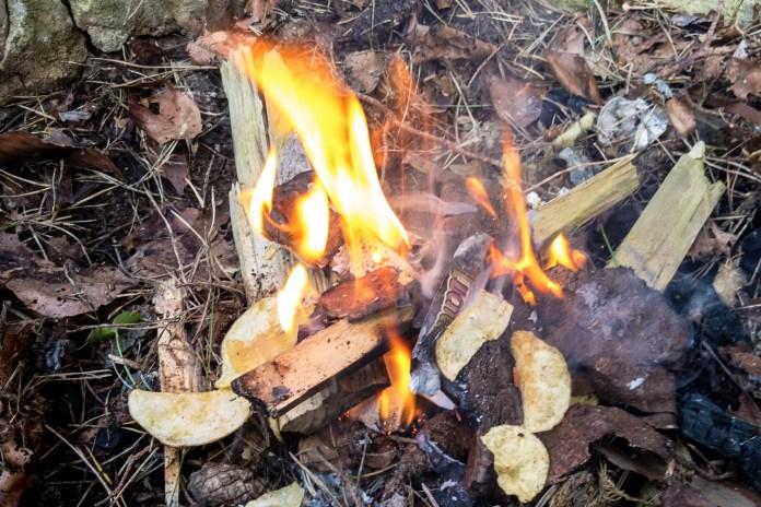 Outdoor Lifehack: Einfache und selbstgemachte Feuer-Anzünder