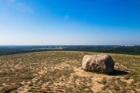 Der Findling markiert den höchsten Punkt der Arkenberge ©Gipfelfieber