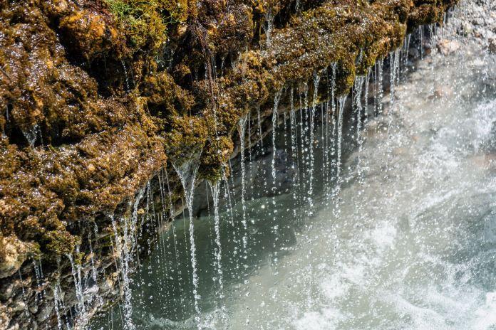 Vorhang aus Wassertropfen: Rundwanderung zum Triefen Wasserfall