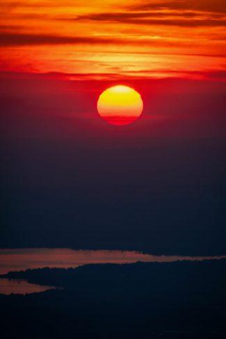 Roter Ball verschwindet im Chiemsee ©Gipfelfieber