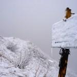 Erser Schnee am Gipfel des Schönbergs direkt neben dem Seekarkreuz © Gipfelfieber.com