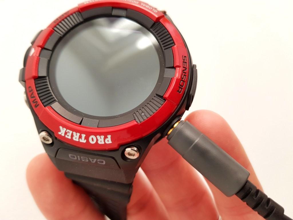 Magnetisches Ladekabel der Casio Pro Trek WSD-F21HR Smartwatch