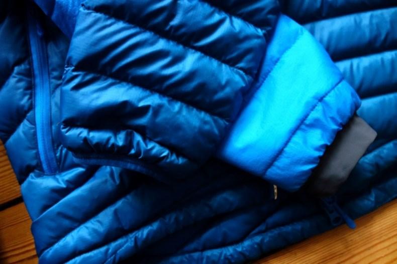 Die Slingsbytind Daunenjacke (dunkelblau) und die Nibbi Primaloft Jacke (hellblau) sind fast eineiige Zwillinge, die Bündchen sind etwas unterschiedlich.