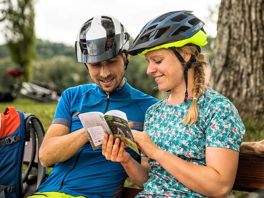 Mit dem kostenlosen Etappenbooklet bist du auf der Trans Bayerwald immer gut informiert.