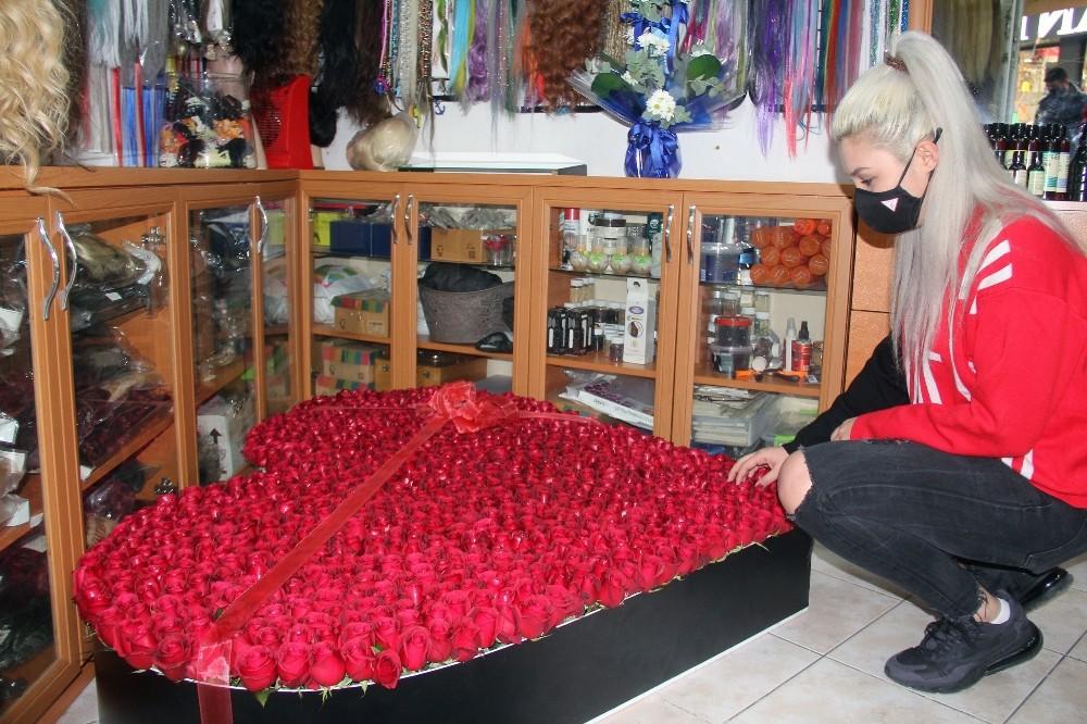 Pandemiden dolayı görüşemediği Almanya'daki sevgilisinden 1001 gülden oluşan kalp geldi