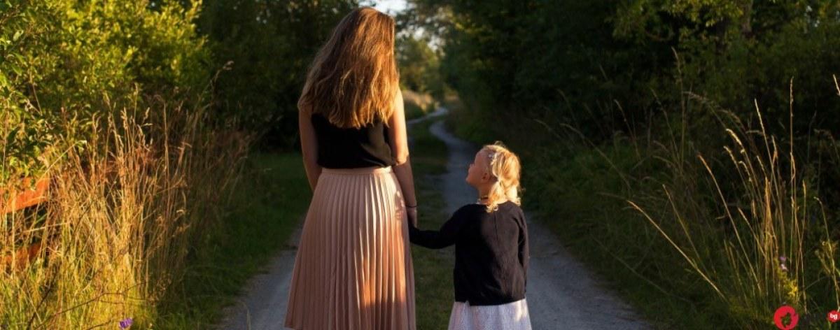 Богата майка реши да заведе дъщеричката си в родното си село - реакцията на детето ще ви остави без думи!