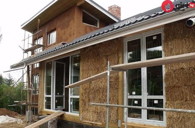 Вижте как българско семейство си построи уникална къща от 450 бали слама!