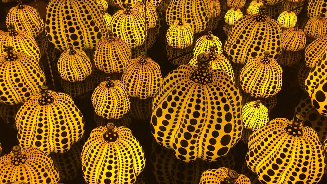 yayoi-kusama-infinity-mirror-room-pumpkins-dma-girlinchief