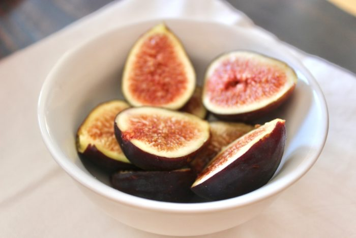 Crispy Drumsticks with Balsamic Fig Sauce with fresh figs