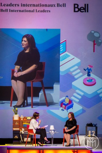 Randi Zuckerberg assise sur la scène de la salle Wilfred-Pelletier à Montréal