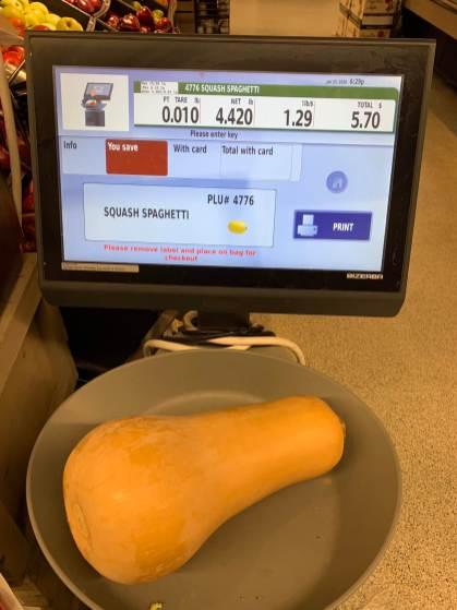 Un écran pour peser le fruit/légume et savoir immédiatement combien ça va coûter! Pas mal mieux que nos vieilles balances au Québec...