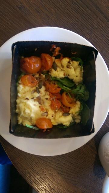 Scrambles eggs, spinach & tomato
