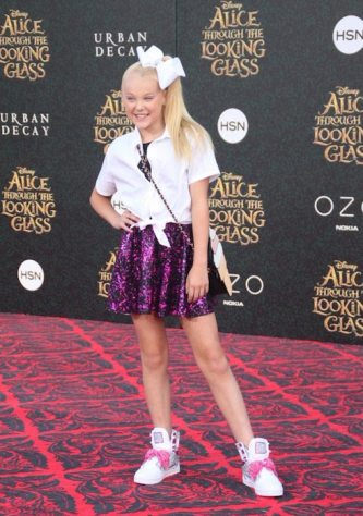 JoJo-Siwa-at-the-premiere-of-Disney-s-Alice-Through-The-Looking-Glass-on-May-23-2016