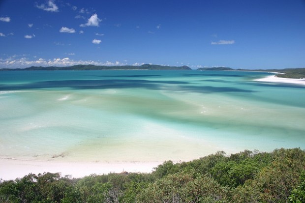 5 Unmissable places in Australia via @girlswanderlust #australia #aussie #travel #wanderlust #girlswanderlust #ningaluu #reef #uluru #Whitsundays #snowy #mountains #byron #byronbay #aus