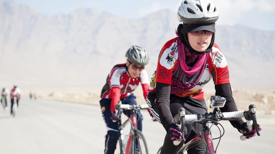 Le cicliste protagoniste del documentario Afghan Cycles