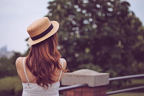 「女性・女の子」「巻き髪」「帽子」「春」「高台」「麦わら帽子」などがテーマのフリー写真画像