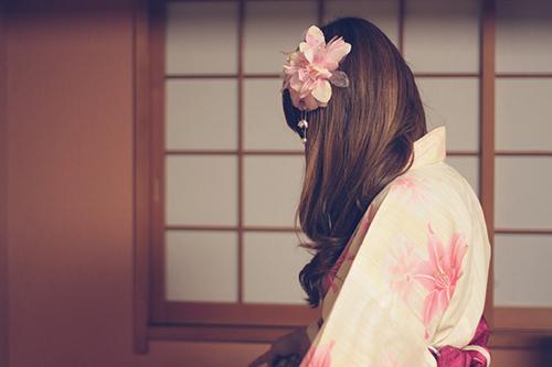 「和」「和服」「夏」「女性・女の子」「巻き髪」「浴衣」などがテーマのフリー写真画像