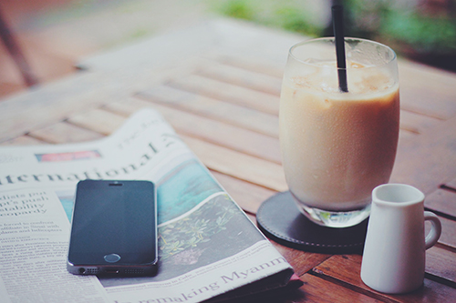 「iPhone」「カフェ」「スマートフォン」「スマホ」「ドリンク」「飲み物」などがテーマのフリー写真画像