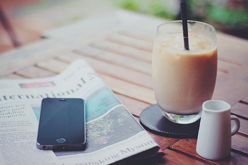 「iPhone」「カフェ」「スマートフォン」「スマホ」「ドリンク」「ミルクティー」「飲み物」などがテーマのフリー写真画像