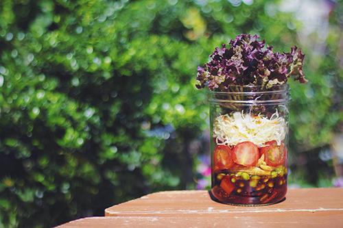 「カフェ」「サラダ」「ジャーサラダ」「スーパーフード」「チアシード」「メイソンジャー」「花」「食べ物」などがテーマのフリー写真画像