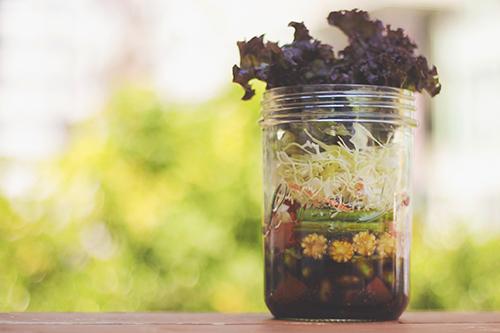 「カフェ」「サラダ」「ジャーサラダ」「スーパーフード」「チアシード」「ドリンク」「メイソンジャー」「食べ物」「飲み物」などがテーマのフリー写真画像
