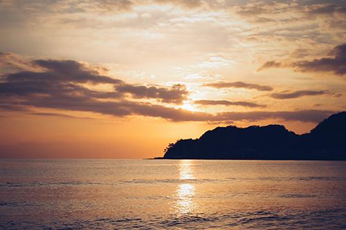 「シルエット」「夏」「夏の夕暮れ」「夕陽」「海」などがテーマのフリー写真画像