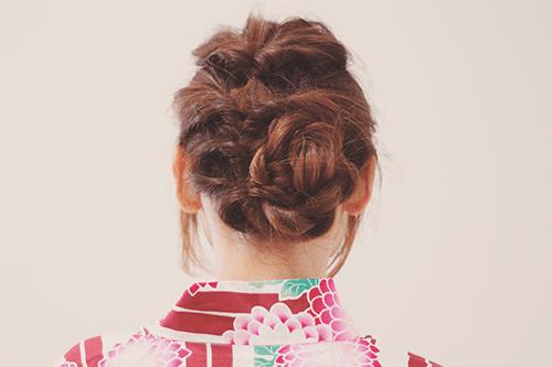 花火デートのために浴衣を着て髪をくるりんぱした女の子