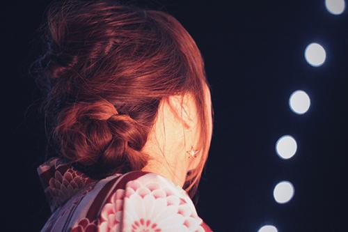「くるりんぱ」「ヘアスタイル」「光」「夜」「女性・女の子」「浴衣」などがテーマのフリー写真画像