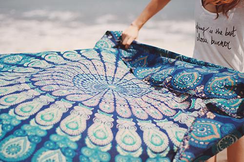 「ラウンドタオル」「夏」「女性・女の子」「巻き髪」「海」などがテーマのフリー写真画像