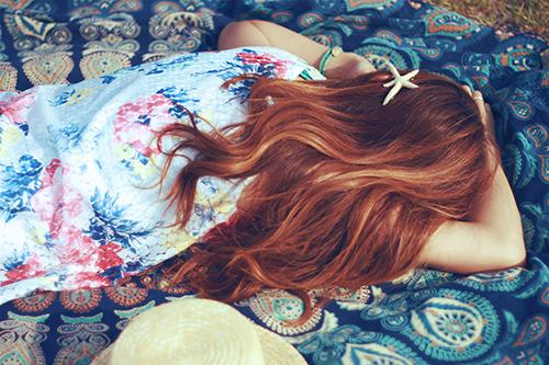 「お昼寝」「スターフィッシュ」「ヒトデ」「ラウンドタオル」「女性・女の子」「巻き髪」などがテーマのフリー写真画像