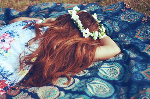 「お昼寝」「ラウンドタオル」「女性・女の子」「巻き髪」「花かんむり」などがテーマのフリー写真画像
