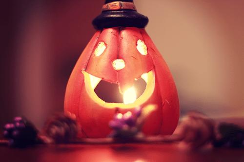 メラメラ燃えるハロウィンのジャックオーランタンのロウソク