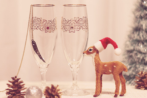 「グラス」「クリスマスツリー」「クリスマスパーティ」「ドリンク」「夜」「縦長画像」「飲み物」などがテーマのフリー写真画像