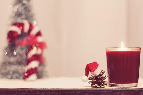 「グラス」「クリスマスツリー」「クリスマスパーティ」「ドリンク」「夜」「飲み物」などがテーマのフリー写真画像