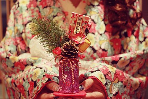 [無料]2020正月あけおめ画像・年賀状LINEスタンプに!おしゃれで可愛い正月画像が180枚以上!の無料画像:謹賀新年のお正月飾りを差し出す着物の女の子|あけおめ画像