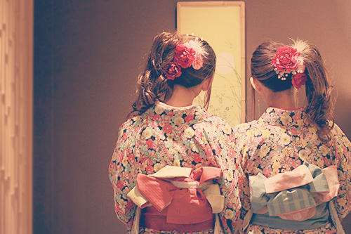 着物でたたずむ双子の女の子たち